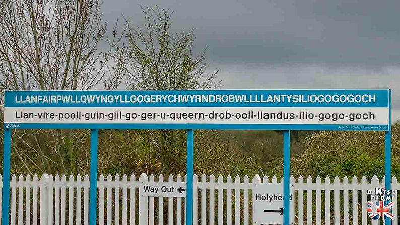 Llanfairpwllgwyngyllgogerychwyrndrobwllllantysiliogogogoch sur l'île d'Anglesey au Pays de Galles - Que voir sur l'île d'Anglesey au Pays de Galles ? Visiter l'île d'Anglesey avec A Kiss from UK, le blog du voyage en Grande-Bretagne.