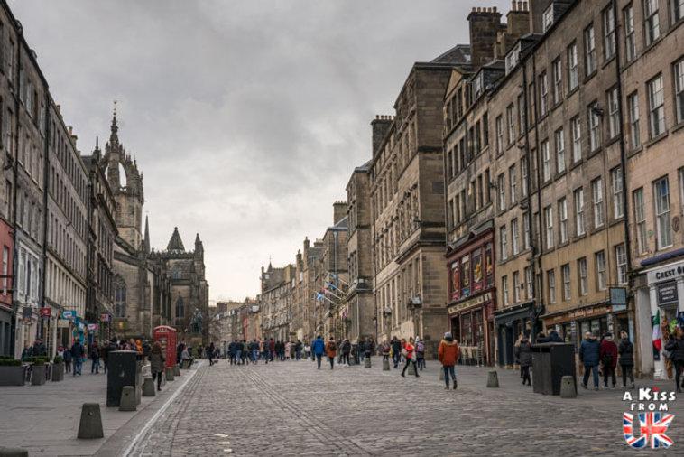 La Royal Mile d'Edimbourg - Visiter Edimbourg : les endroits à voir absolument dans la capitale de l'Ecosse - Découvrez les plus beaux lieux d'Edimbourg avec le guide complet d'A Kiss from UK, le blog du voyage en Ecosse.