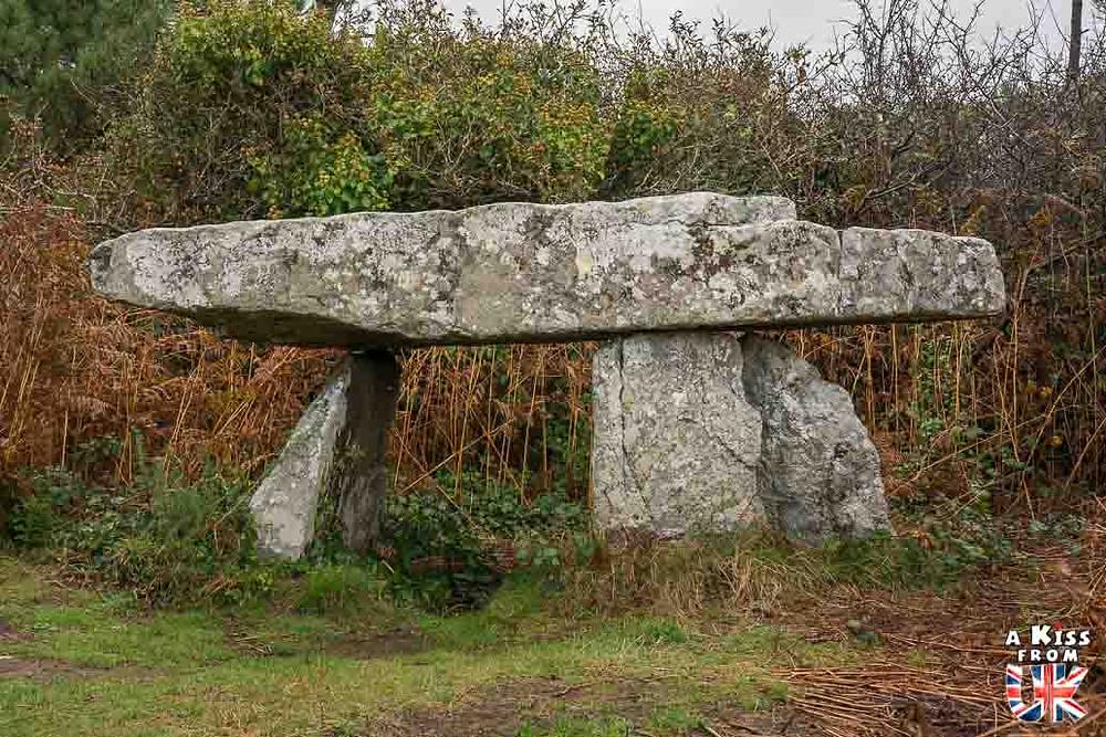 Trouver le dolmen de Rostudel sur la presqu'île de Crozon et se croire dans le jardin du druide de Cornouailles en Angleterre | Visiter la Bretagne pour retrouver les paysages de Grande-Bretagne  - Découvrez les plus beaux endroits de Bretagne et de Normandie qui font penser à l'Angleterre, à l'Ecosse ou au Pays de Galles |  A Kiss from UK - blog voyage