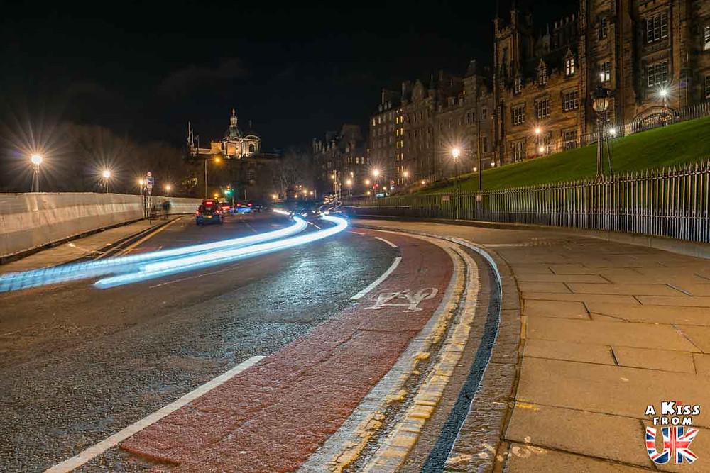 The Mound - Les plus belles photos d'Édimbourg de nuit. Visiter Édimbourg la nuit, sortie nocturne à Édimbourg dans les plus beaux endroits et les lieux hantés de la capitale écossaise. Que faire à Édimbourg la nuit ?