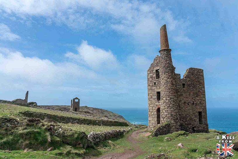 Botallack Mine dans les Cornouailles en Angleterre - Les plus belles ruines de Grande-Bretagne. Découvrez quels sont les plus beaux lieux abandonnés d'Angleterre, d'Ecosse et du Pays de Galles avec A Kiss from UK.