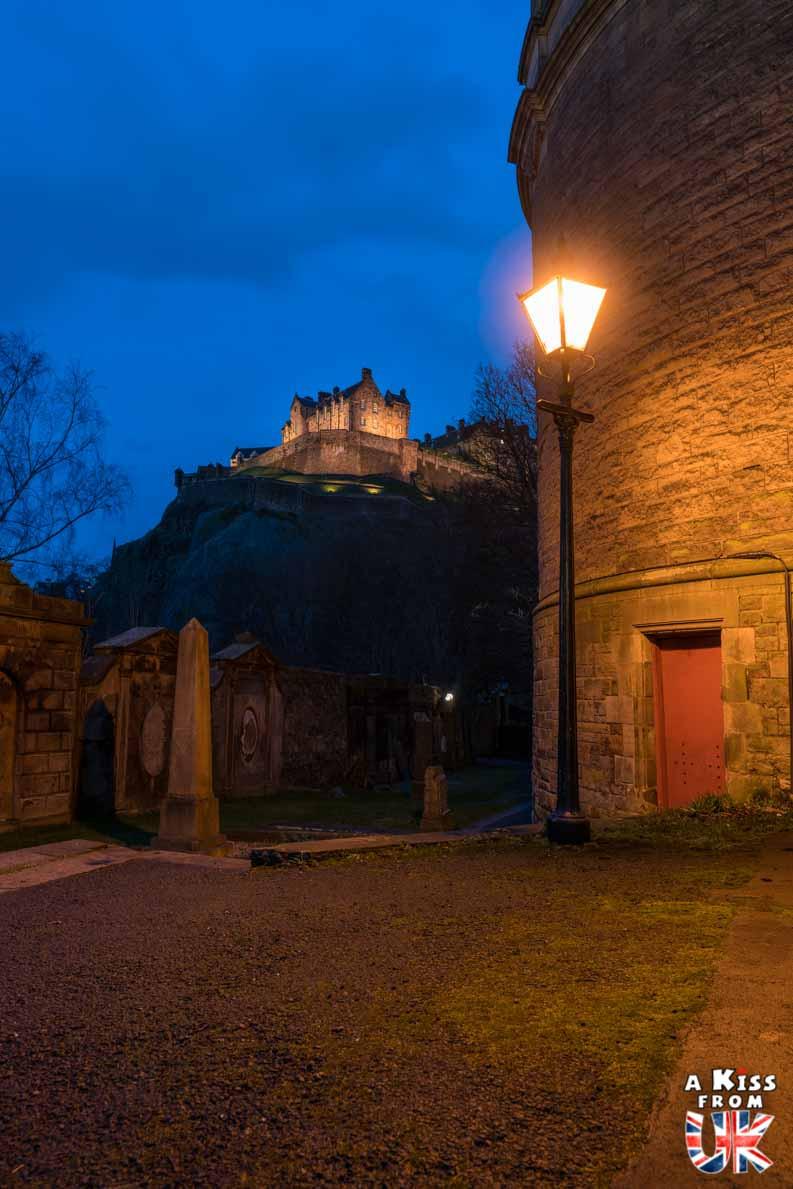 Edinburgh Castle vu de St Cuthbert's Church - Les plus belles photos d'Édimbourg de nuit. Visiter Édimbourg la nuit, sortie nocturne à Édimbourg dans les plus beaux endroits et les lieux hantés de la capitale écossaise. Que faire à Édimbourg la nuit ?