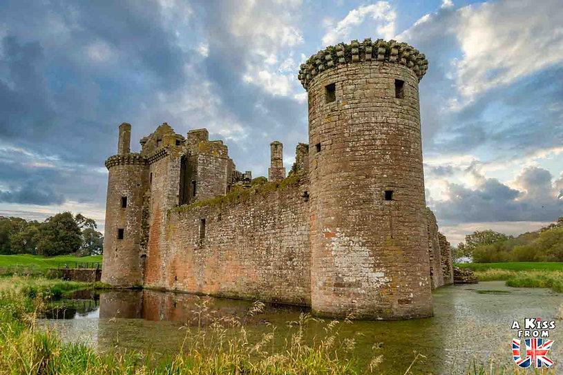 Le château de Caerlaverock en Ecosse - Les plus belles ruines de Grande-Bretagne. Découvrez quels sont les plus beaux lieux abandonnés d'Angleterre, d'Ecosse et du Pays de Galles avec A Kiss from UK.