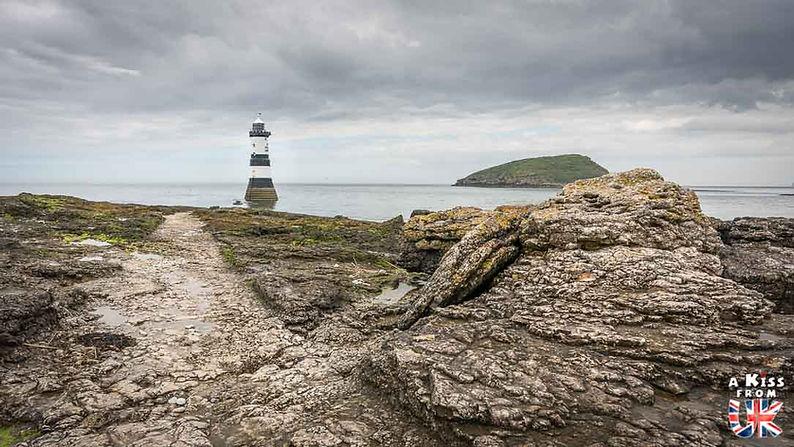 Le phare de Trwyn Du à Penmon Point sur l'île d'Anglesey au Pays de Galles - Que voir sur l'île d'Anglesey au Pays de Galles ? Visiter l'île d'Anglesey avec A Kiss from UK, le blog du voyage en Grande-Bretagne.