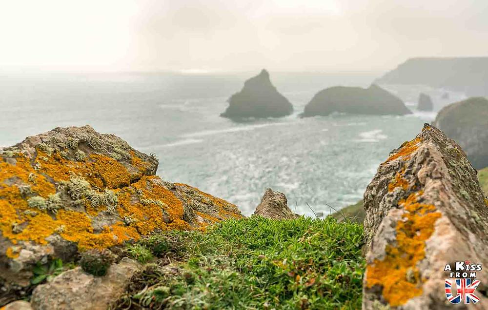 Visiter la pointe de Pen-Hir dans le Finistère et se croire à Kynance Cove dans les Cornouailles en Angleterre | Visiter la Bretagne pour retrouver les paysages de Grande-Bretagne  | A Kiss fom UK