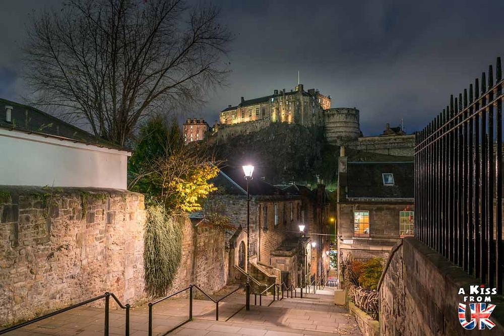 Edinburgh Castle depuis the Vennel de nuit - Les plus belles photos d'Édimbourg de nuit. Visiter Édimbourg la nuit, sortie nocturne à Édimbourg dans les plus beaux endroits et les lieux hantés de la capitale écossaise. Que faire à Édimbourg la nuit ?