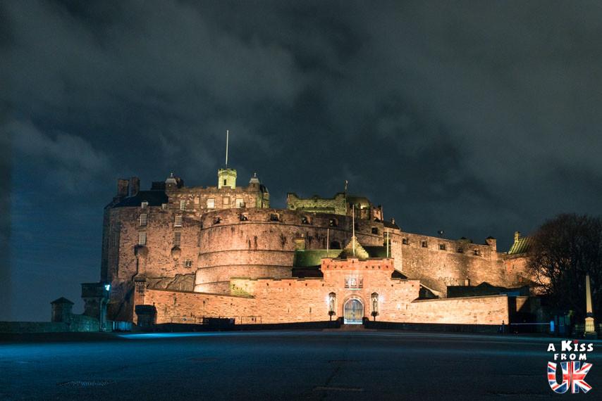 Le château d'Edimbourg la nuit - Les plus belles photos d'Édimbourg de nuit. Visiter Édimbourg la nuit, sortie nocturne à Édimbourg dans les plus beaux endroits et les lieux hantés de la capitale écossaise. Que faire à Édimbourg la nuit ?
