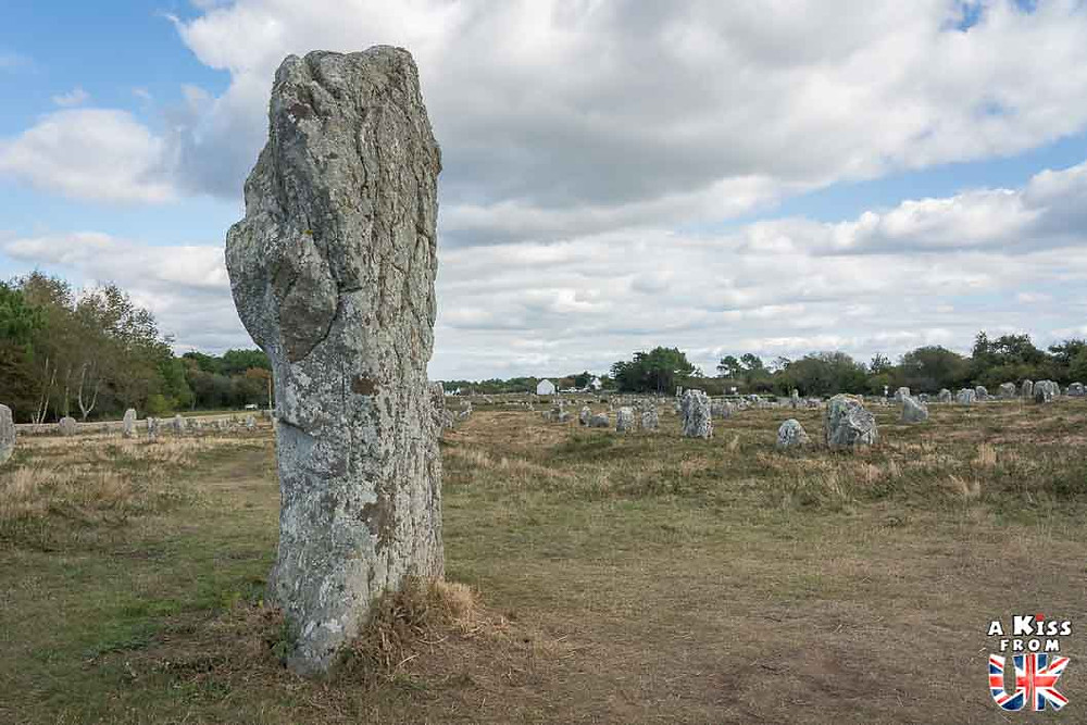 Visiter les mégalithes du site de Carnac et se croire sur le site d'Avebury dans le Wiltshire en Angleterre | Visiter la Bretagne pour retrouver les paysages de Grande-Bretagne  - Découvrez les plus beaux endroits de Bretagne et de Normandie qui font penser à l'Angleterre, à l'Ecosse ou au Pays de Galles |  A Kiss from UK - blog voyage