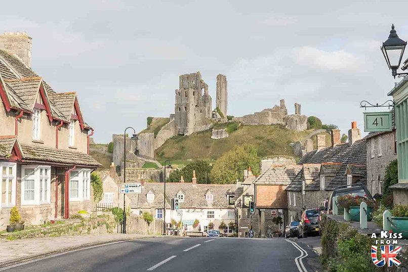 Corfe Castle dans le Dorset - Les lieux à voir absolument en Angleterre en dehors de Londres. Découvrez quels sont les plus beaux endroits d'Angleterre et les incontournables à visiter en dehors de Londres lors de votre voyage - A Kiss from UK, le blog du voyage en Grande-Bretagne.