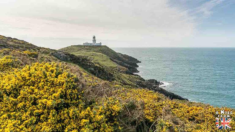 Le phare de Strumble Head - Que voir dans le Pembrokeshire au Pays de Galles ? Visiter le Pembrokeshire avec A Kiss from UK, le guide et blog voyage en Grande-Bretagne.