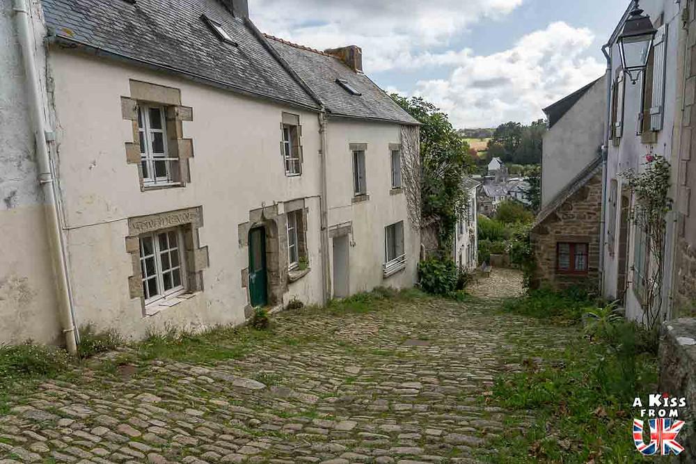 Visiter Pont-Croix dans le Finistère et sa Grande Rue Chère pour être transporté à Gold Hill dans le Dorset en Angleterre | Visiter la Bretagne pour retrouver les paysages de Grande-Bretagne  - Découvrez les plus beaux endroits de Bretagne et de Normandie qui font penser à l'Angleterre, à l'Ecosse ou au Pays de Galles |  A Kiss from UK - blog voyage