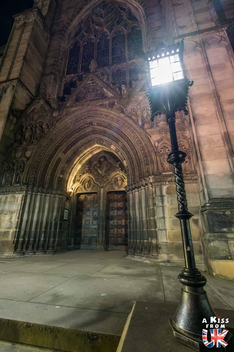 St Giles Cathedral de nuit - Les plus belles photos d'Édimbourg de nuit. Visiter Édimbourg la nuit, sortie nocturne à Édimbourg dans les plus beaux endroits et les lieux hantés de la capitale écossaise. Que faire à Édimbourg la nuit ?