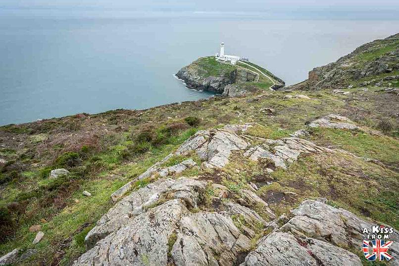 Le phare de South Stack sur l'île d'Anglesey - Les endroits à voir absolument au Pays de Galles en dehors de Cardiff – Découvrez quels sont les lieux incontournables au Pays de Galles et les plus beaux endroits du Pays de Galles à visiter pendant votre voyage   A Kiss from UK