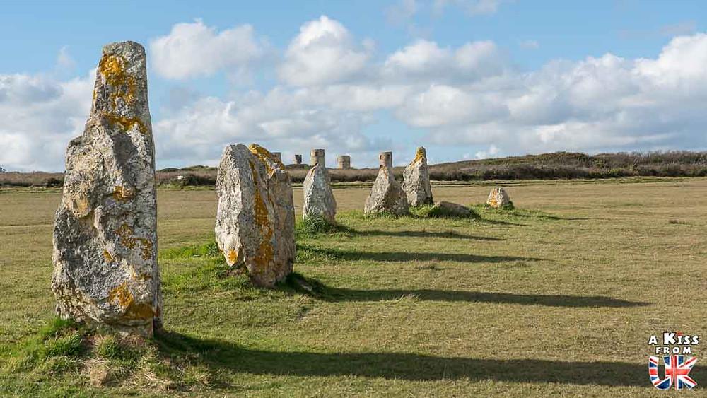 Visiter l'alignement de Lagatjar dans le Finistère et se avoir l'impression d'être sur le site des pierres dressées de Calanais sur l'île de Lewis et Harris en Ecosse | Visiter la Bretagne pour retrouver les paysages de Grande-Bretagne  - Découvrez les plus beaux endroits de Bretagne et de Normandie qui font penser à l'Angleterre, à l'Ecosse ou au Pays de Galles |  A Kiss from UK - blog voyage