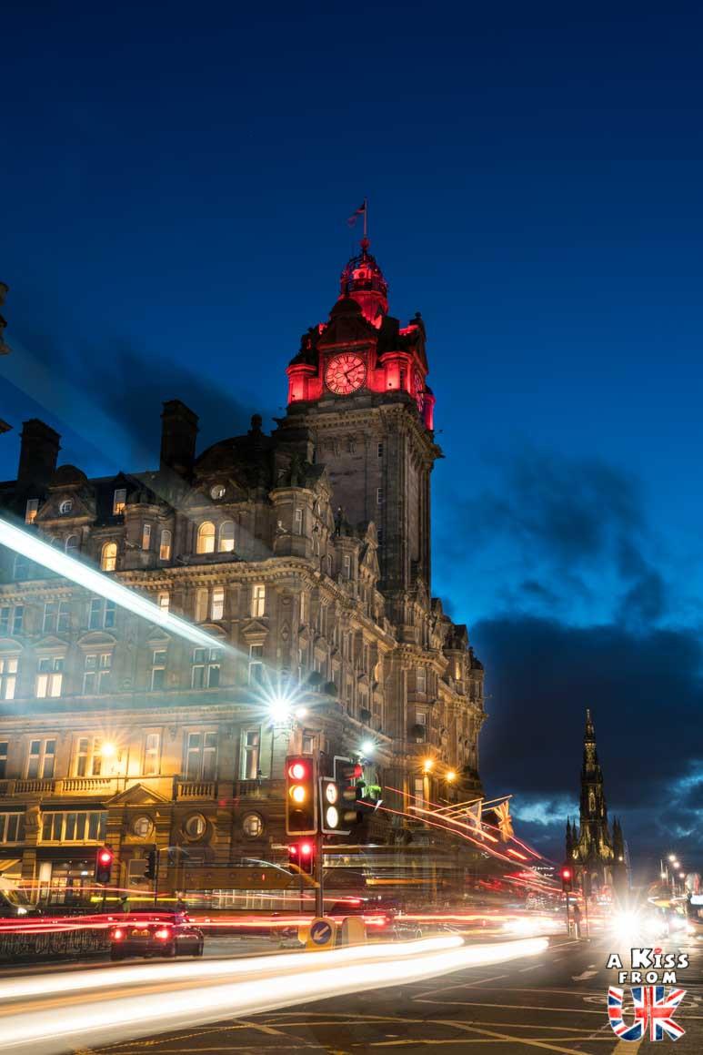 Balmoral Hotel la nuit - Les plus belles photos d'Édimbourg de nuit. Visiter Édimbourg la nuit, sortie nocturne à Édimbourg dans les plus beaux endroits et les lieux hantés de la capitale écossaise. Que faire à Édimbourg la nuit ?
