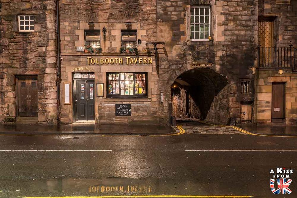 Tolbooth Tavern de nuit - Les plus belles photos d'Édimbourg de nuit. Visiter Édimbourg la nuit, sortie nocturne à Édimbourg dans les plus beaux endroits et les lieux hantés de la capitale écossaise. Que faire à Édimbourg la nuit ?