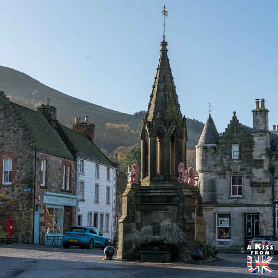 Le village de Falkland, lieu de tournage de la série Outlander - Que voir et que faire dans la Péninsule de Fife en Ecosse ? Visiter la péninsule de Fife avec A Kiss from UK, le guide et blog du voyage en Ecosse.