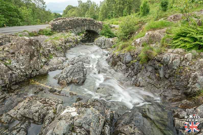 Ashness Bridge - Que voir absolument dans le Lake District en Angleterre ? Visiter le Lake District avec A Kiss from UK, le blog du voyage en Ecosse, Angleterre et Pays de Galles.