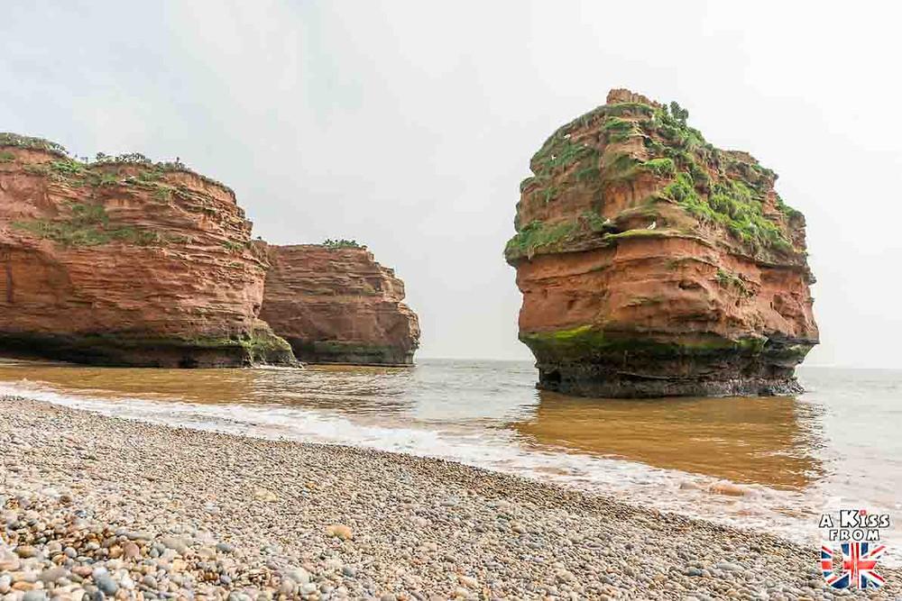 Visiter la Côte de Granit Rose en Bretagne pour retrouver les décors de Ladram Bay dans le Devon en Angleterre | Visiter la Bretagne pour retrouver les paysages de Grande-Bretagne  | A Kiss fom UK