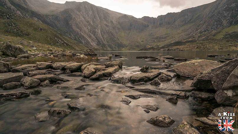 Llyn Idwal dans le Snowdonia - Les endroits à voir absolument au Pays de Galles en dehors de Cardiff – Découvrez quels sont les lieux incontournables au Pays de Galles et les plus beaux endroits du Pays de Galles à visiter pendant votre voyage   A Kiss from UK