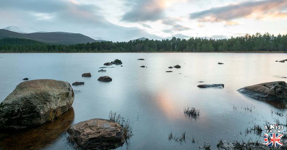 Le Loch Morlich dans les Cairngorms - Les plus beaux paysages d'Ecosse. Découvrez quels sont les plus beaux endroits d'Ecosse et les plus belles merveilles naturelles d'Ecosse avec A Kiss from UK, le guide et blog du voyage en Grande-Bretagne.