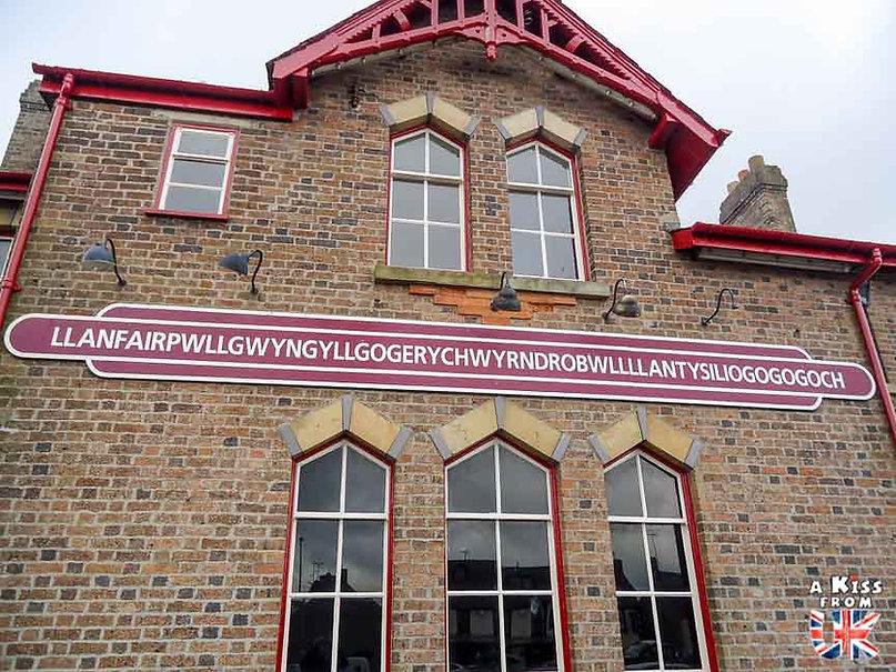 Llanfairpwllgwyngyllgogerychwyrndrobwllllantysiliogogogoch sur l'île d'Anglesey - Les endroits à voir absolument au Pays de Galles en dehors de Cardiff – Découvrez quels sont les lieux incontournables au Pays de Galles et les plus beaux endroits du Pays de Galles à visiter pendant votre voyage   A Kiss from UK