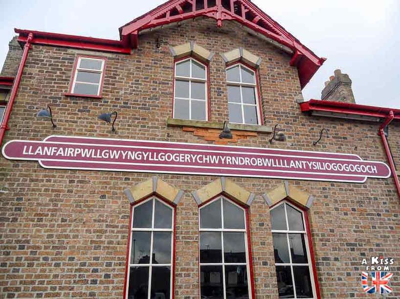 Llanfairpwllgwyngyllgogerychwyrndrobwllllantysiliogogogoch - Que voir sur l'île d'Anglesey au Pays de Galles ? Visiter Anglesey avec A Kiss from UK, le blog du voyage en Ecosse, Angleterre et Pays de Galles.