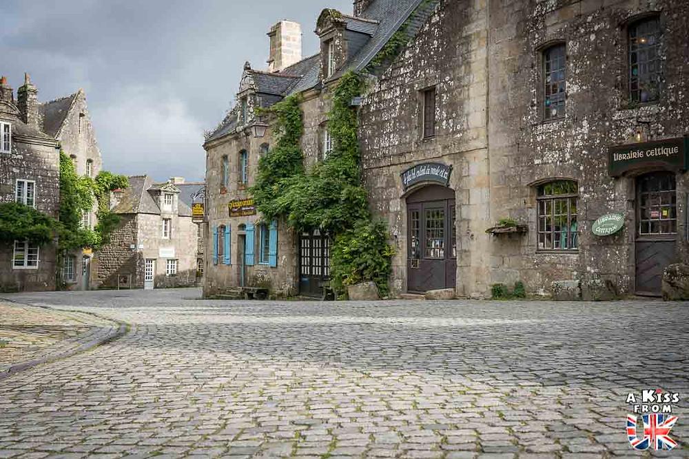 Visiter le village de Locronan dans le Finistère et se croire au milieu d'un beau village des Cotswolds en Angleterre | Visiter la Bretagne pour retrouver les paysages de Grande-Bretagne - Découvrez les plus beaux endroits de Bretagne et de Normandie qui font penser à l'Angleterre, à l'Ecosse ou au Pays de Galles |  A Kiss from UK - blog voyage