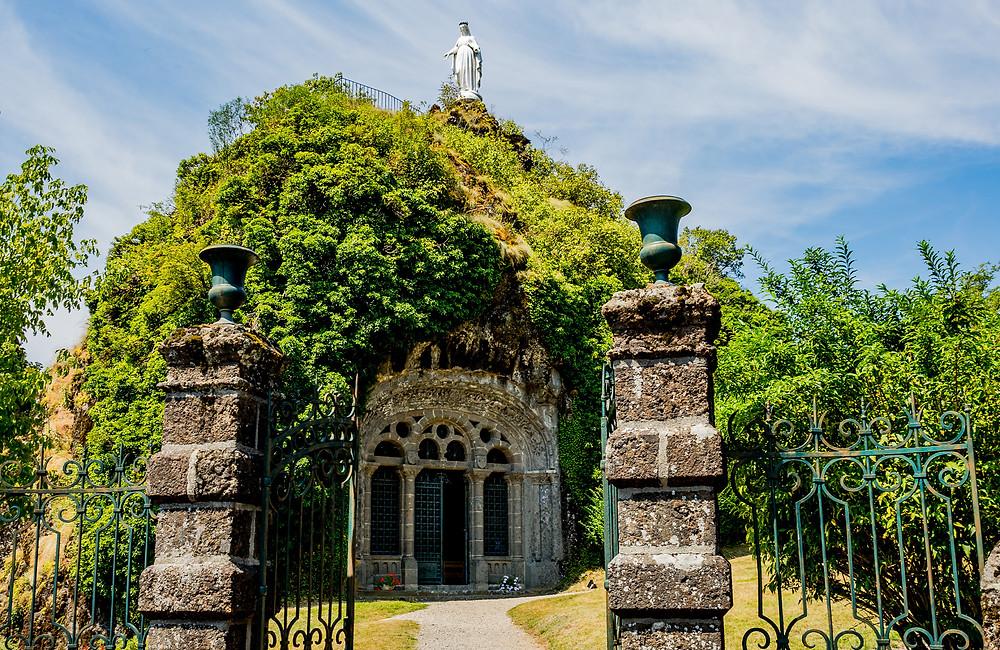 Chapelle monolithe de Fontanges lieu et visite insolite autour de Clermont en Auvergne
