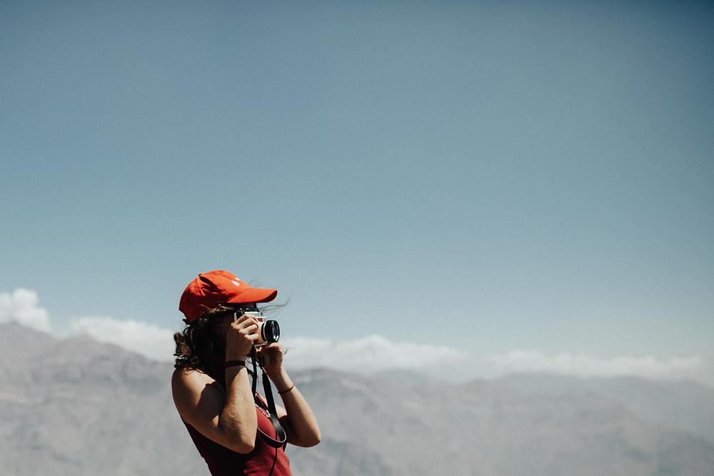 jeune femme photographe tourisme région Auvergne-Rhône-Alpes