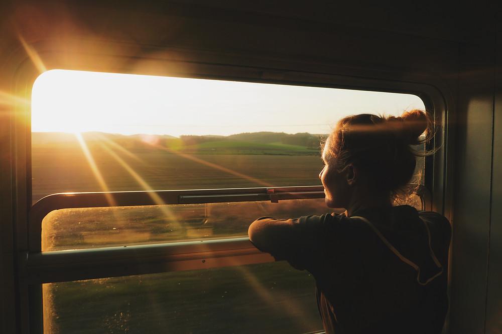 jeune fille voyageant en train depuis Lyon