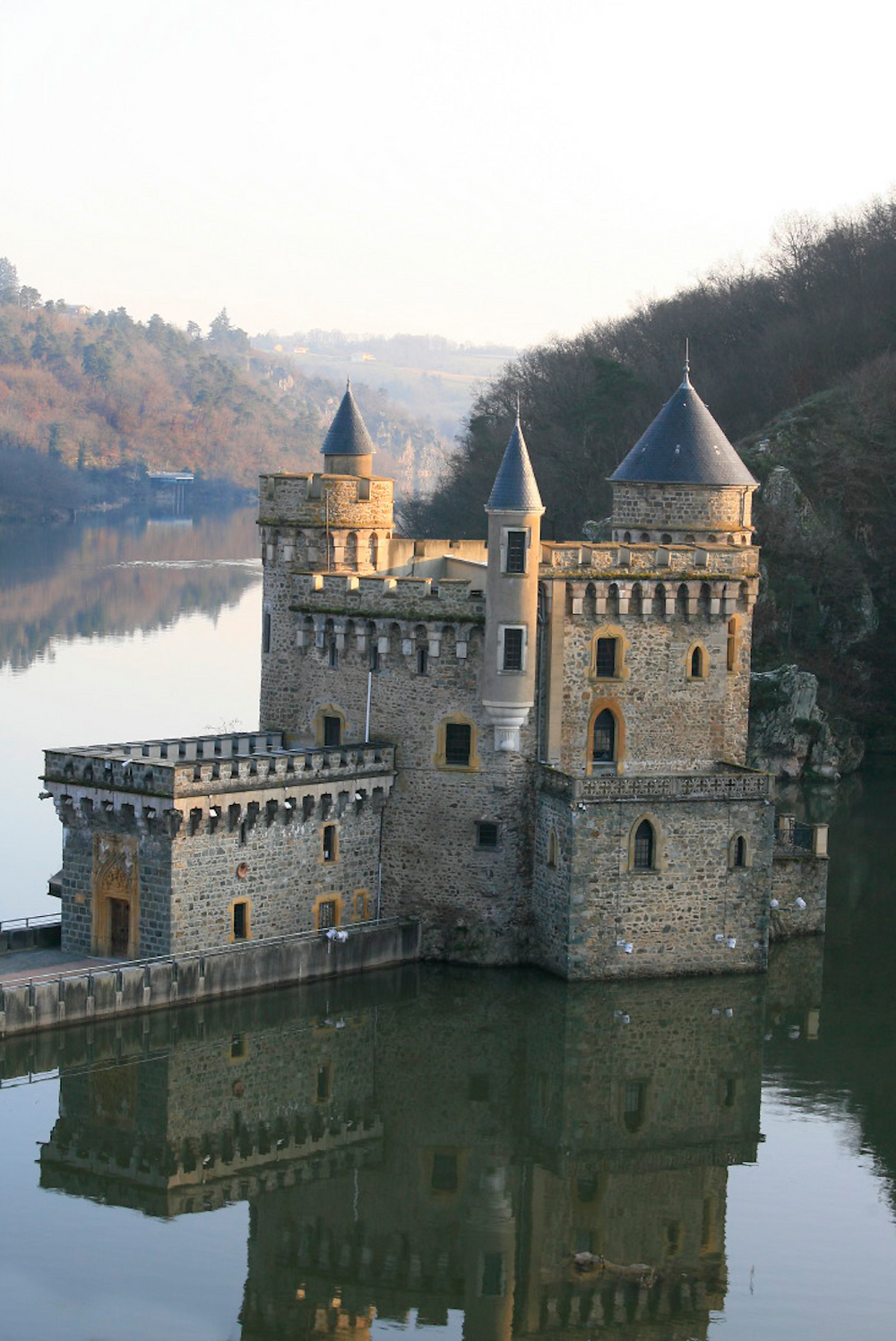 Le Château de la Roche plus beau lieu à visiter tourisme dans la région Auvergne-Rhône-Alpes