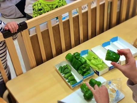 野菜を使ったスタンプ遊び