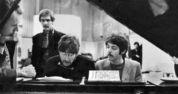 George Martin, Neil Aspinall, John Lennon e Paul McCartney no Abbey Road studios. |  Foto: Henry Grossman/Govinda Gallery