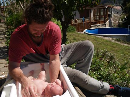 Dar a Luz en Casa Crianza Martín baño papá.jpg