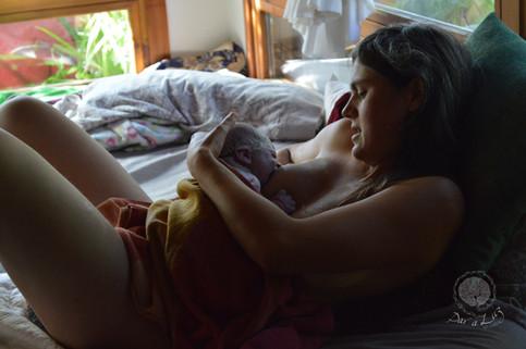 Dar a Luz en Casa Nace Mateo lactancia primeras tomas.jpg