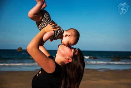 Dar a Luz en Casa Crianza Jana beso en la playa.jpg