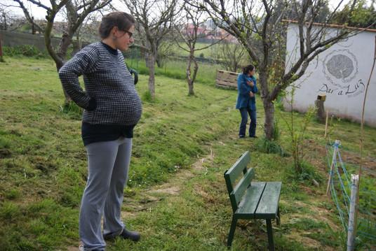 Dar_a_Luz_en_Casa_Nace_Jana_paseo_por_el_jardín.jpg