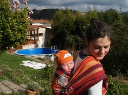 Dar a Luz en Casa Crianza Martín porteo a la espalda.jpg