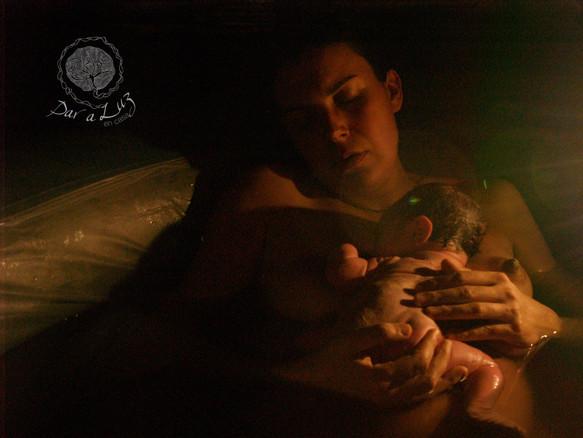 Dar a Luz en Casa Nace Vega parto en el agua piel con piel.jpg
