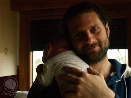 Dar a Luz en Casa Crianza Martín en brazos de papá.jpg