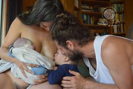 Dar_a_Luz_en_Casa_Nace_Mateo_familia_lactancia_emoción.jpg