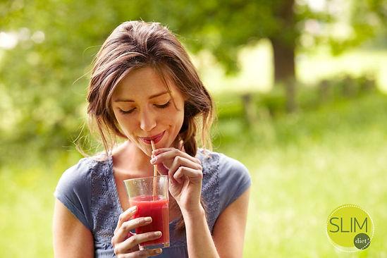 Drinkende vrouw liggend 2.jpg
