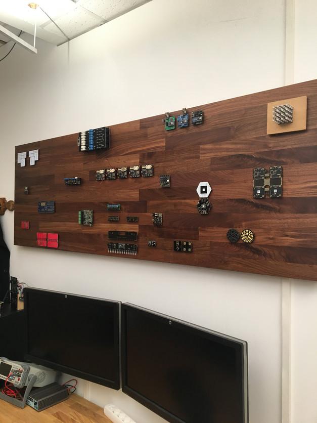Remi vindt het in zijn werk niet alleen belangrijk dat het werkt maar ook dat het er mooi uitziet. Hier zie je al zijn ontwerpen prachtig tentoongesteld in zijn kantoor.
