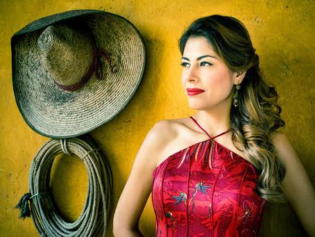 La cantante de ópera Carla Canales rinde tributo a sus raíces en mes de la Herencia Hispana.