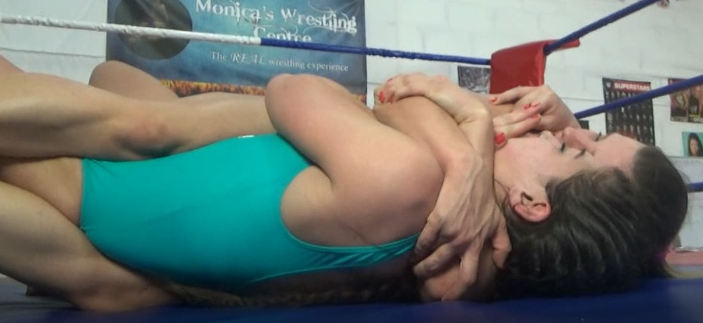 Combat Swallow with a tight bodyscissors on Juicy