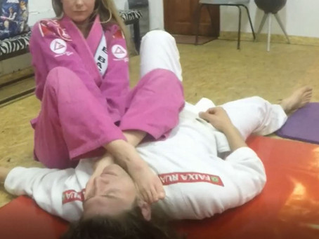 Lisa King dominates Bert - GI feet match