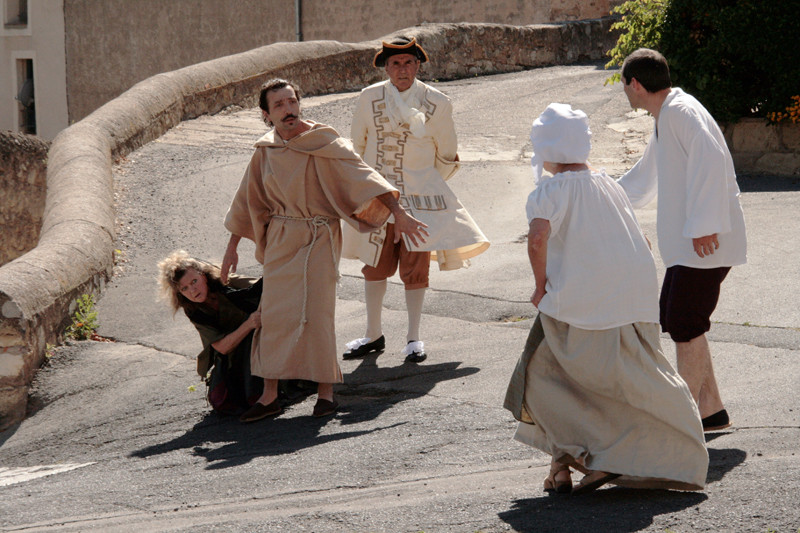 les comédiens devant le château