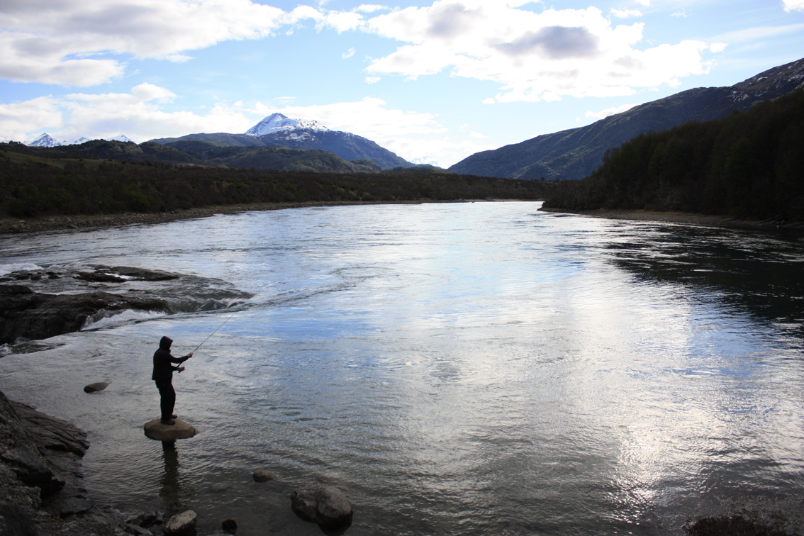 Pesca de orilla en Río Baker.