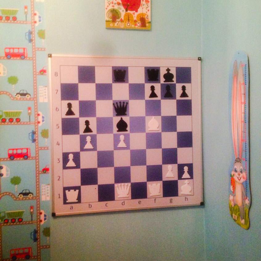 Настінна шахівниця в дитячій